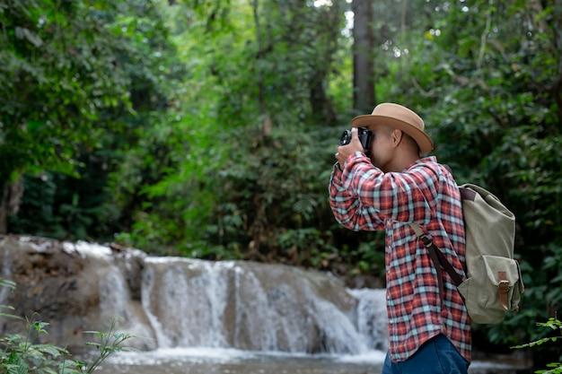 Los excursionistas hombres se toman fotos de sí mismos.