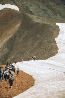 Excursionistas en las montañas