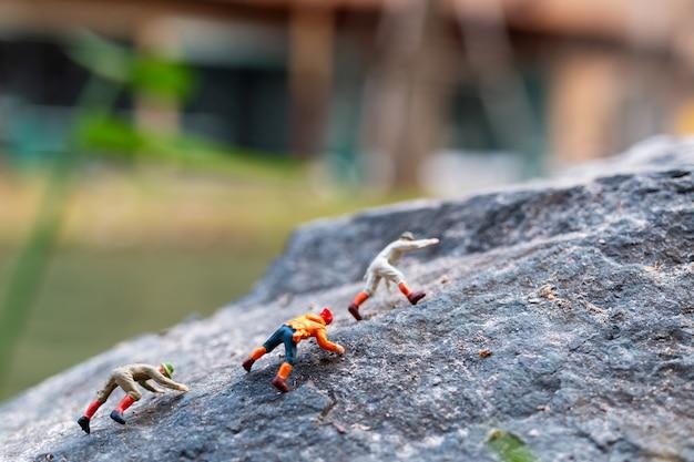 Excursionistas trepando por la roca. concepto de deporte y ocio