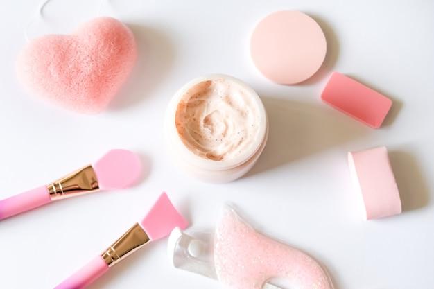 Exfoliante de fresa rosa, cepillos de silicona y esponjas de diferentes formas.