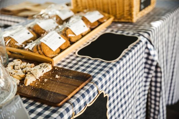 Exhibición de artículos de panadería en venta en el puesto del mercado.