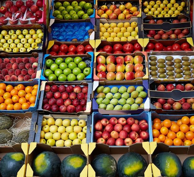 Exhibición de frutas en cajas en el mercado.