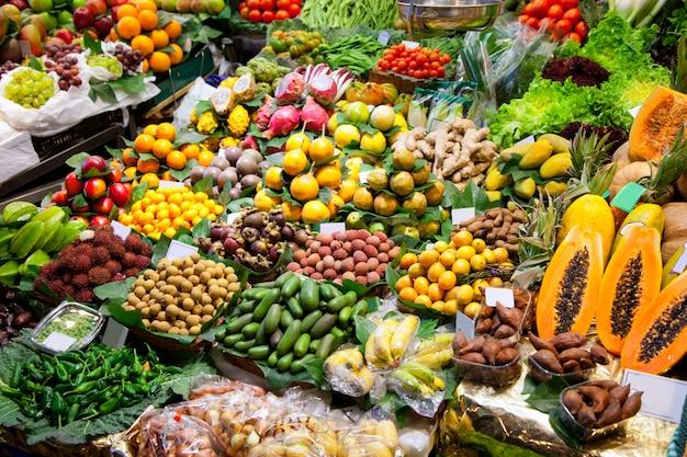 Exhibición de frutas del mercado de la boquería de barcelona.