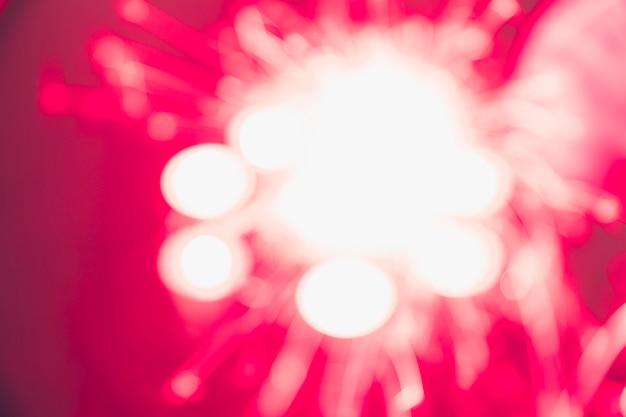 Exhibición de fuegos artificiales borrosa roja