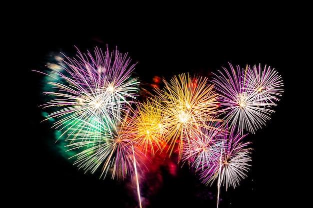 Exhibición de fuegos artificiales de colores