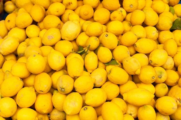 Exhibición del mercado de bio limones.