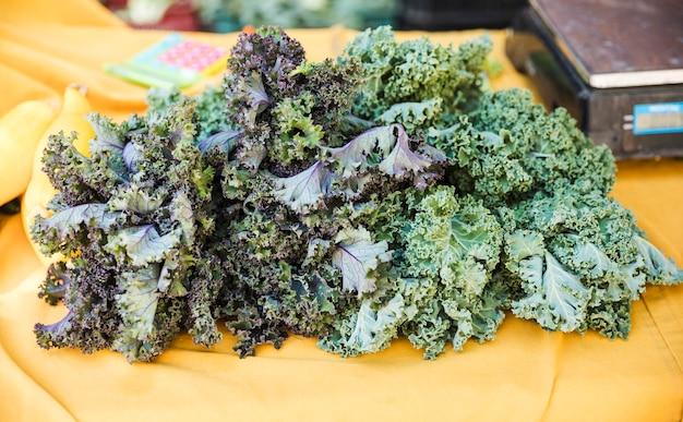 Exhibición vegetal orgánica de la col rizada en el mercado de la tienda de comestibles