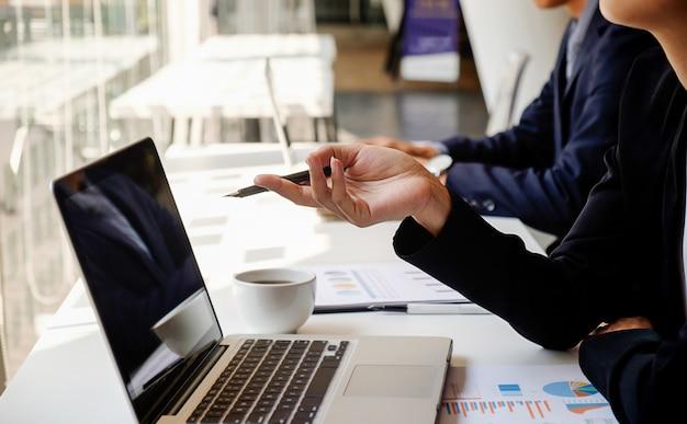 Éxito cooperación gente manos discusión negocio