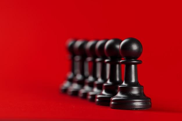 Éxito empresarial de ajedrez, concepto de liderazgo. fondo rojo