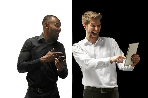 El éxito de los hombres afro y caucásicos felices