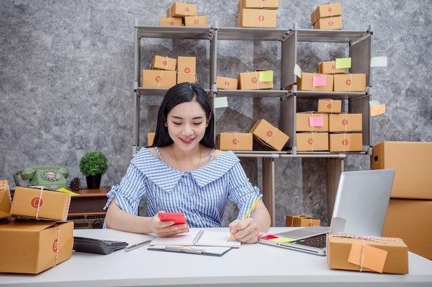 Éxito de jóvenes emprendedores en hacer negocios. envío de ventas en línea.