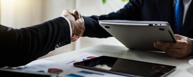 Éxito y negociación exitosa en los negocios, apretón de manos y apretón de manos de dos hombres de negocios