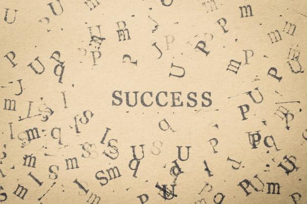 Éxito de la palabra de la letra del alfabeto de la fuente de las letras del sello en el papel para el fondo del concepto del éxito