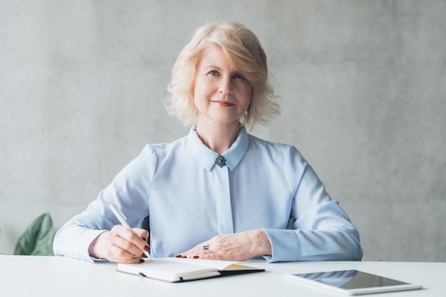 Exitosa dama de negocios madura. empoderamiento femenino