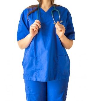 Exitosa joven doctora en un uniforme médico azul sosteniendo un estetoscopio