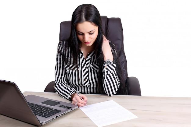 Exitosa mujer de negocios con los brazos arriba - aislado sobre una pared blanca