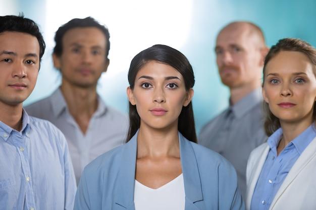Exitosa mujer de negocios de la india el personal de gestión