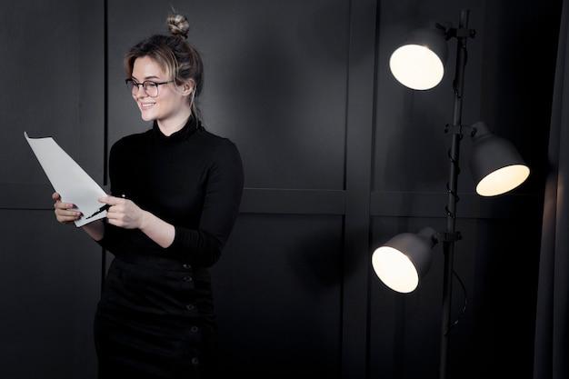 Exitosa mujer de negocios con papeles