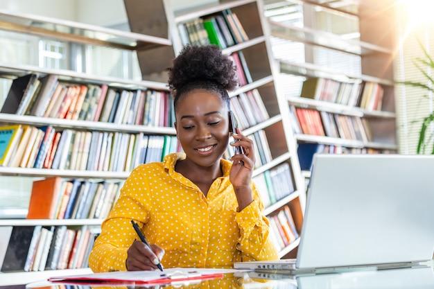 Exitosa mujer de negocios trabajando en la oficina