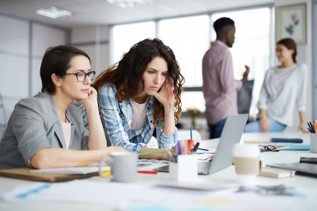 Exitosa mujer de negocios trabajando en oficina