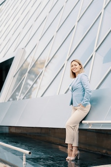 Exitosa mujer de negocios en traje azul