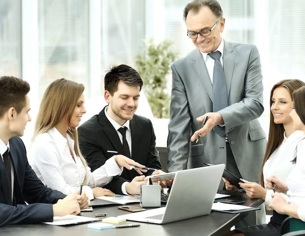 Exitoso empresario y equipo empresarial en un seminario en la oficina moderna