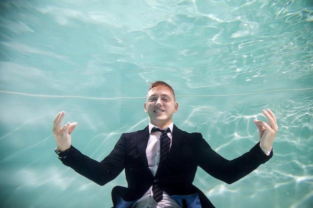Exitoso empresario feliz relajante puesta en marcha de negocios jóvenes bajo el agua