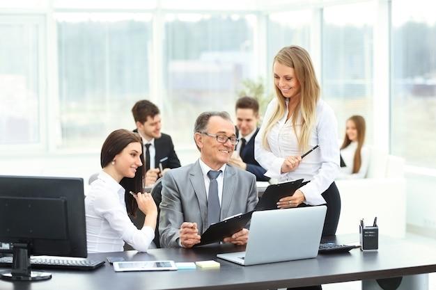 El exitoso empresario y sus asistentes discutieron el plan de trabajo de la empresa en una oficina moderna.