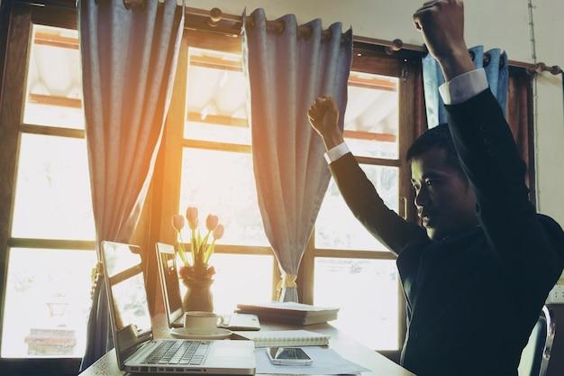 Exitoso hombre de negocios con los brazos arriba