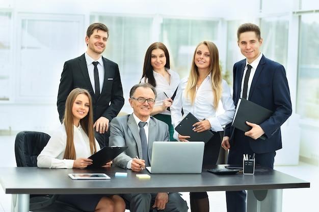 Exitoso hombre de negocios y su equipo empresarial
