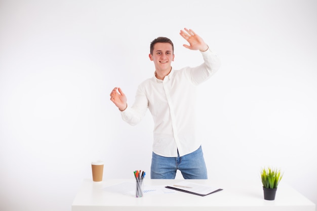 Exitoso hombre de negocios trabajando en la oficina en el escritorio