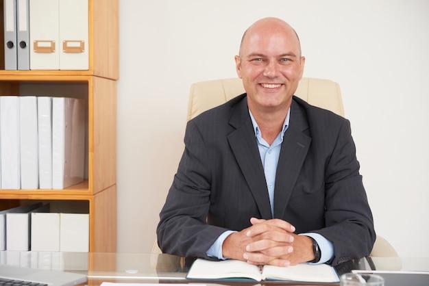 Exitoso profesional sentado en una oficina
