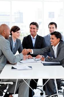 Exitosos empresarios internacionales estrecharme la mano