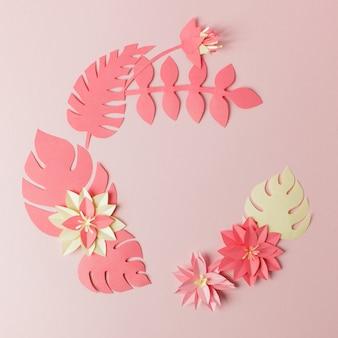 Exótica composición de papel de hoja multicolor tropical, artesanía de aplicación creativa en un marco rosado