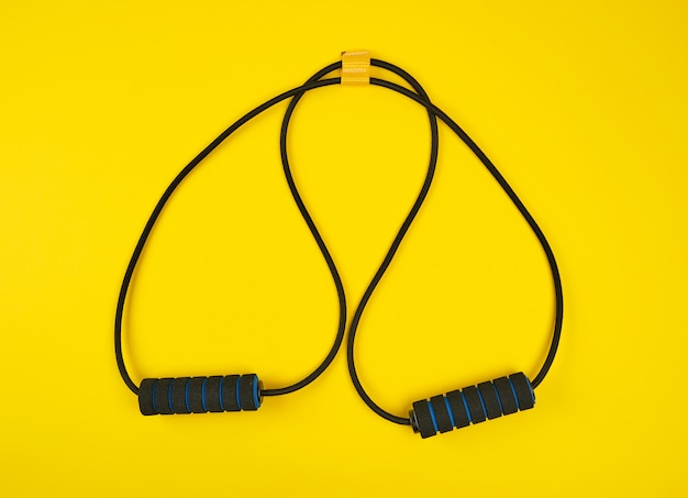 Expansor de mano entrenador negro sobre fondo amarillo