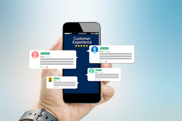 Experiencia del cliente, concepto de revisión. manos sosteniendo teléfono móvil