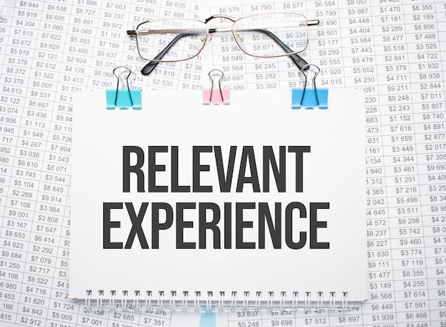 Experiencia relevante texto escrito en papel con bolígrafo y gafas