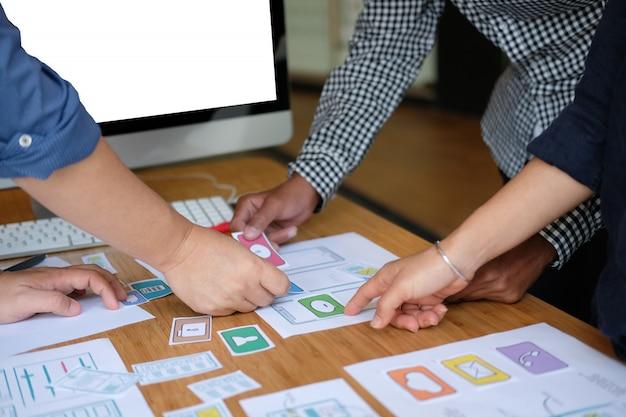 Experiencia del usuario diseñador ux diseñando web en diseño de teléfonos inteligentes.