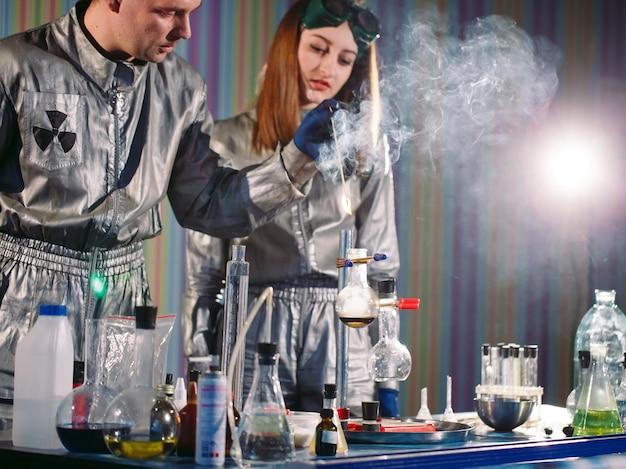 Experimentos en un laboratorio de química. realizando un experimento en el laboratorio.