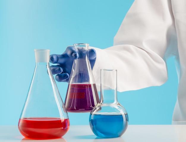 Experimentos en un laboratorio de química.