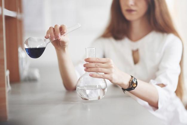 Experimentos en el laboratorio químico. se llevó a cabo un experimento en un laboratorio en matraces transparentes.