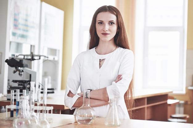 Experimentos en el laboratorio químico. se realizó un experimento en un laboratorio en matraces transparentes.