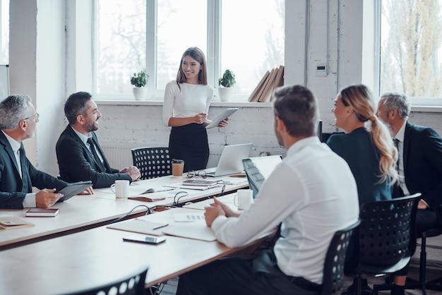 Experto en negocios profesionales realizando reuniones mientras trabaja junto con colegas en la oficina moderna