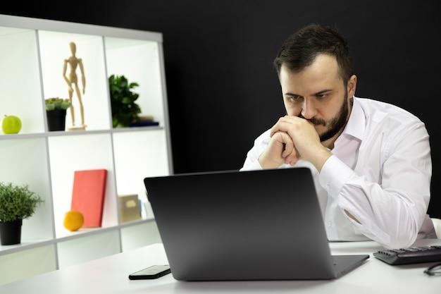 El experto profesional de ti trabaja en la actualización de proyectos mejorando el código de software.