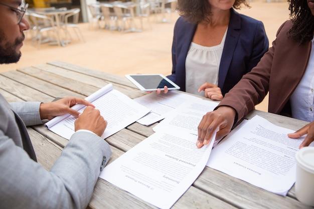 Expertos legales revisando documentos de clientes