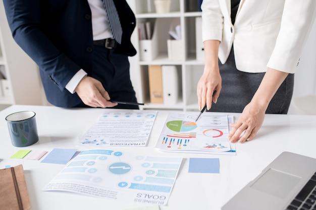 Expertos en negocios analizando el diagrama juntos
