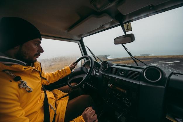 Explorador en el recorrido islandés, viajando a través de islandia descubriendo destinos naturales