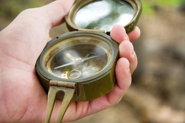 Explorando el bosque con una brújula en la mano