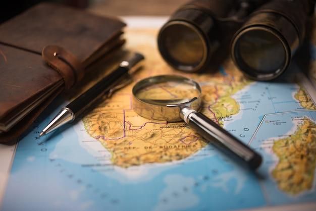 Explorando el destino de vacaciones, planeando un viaje de aventura