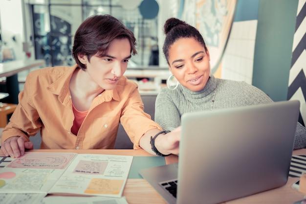 Explorando nuevo software. estudiantes recibiendo reconocimiento con el nuevo software educativo